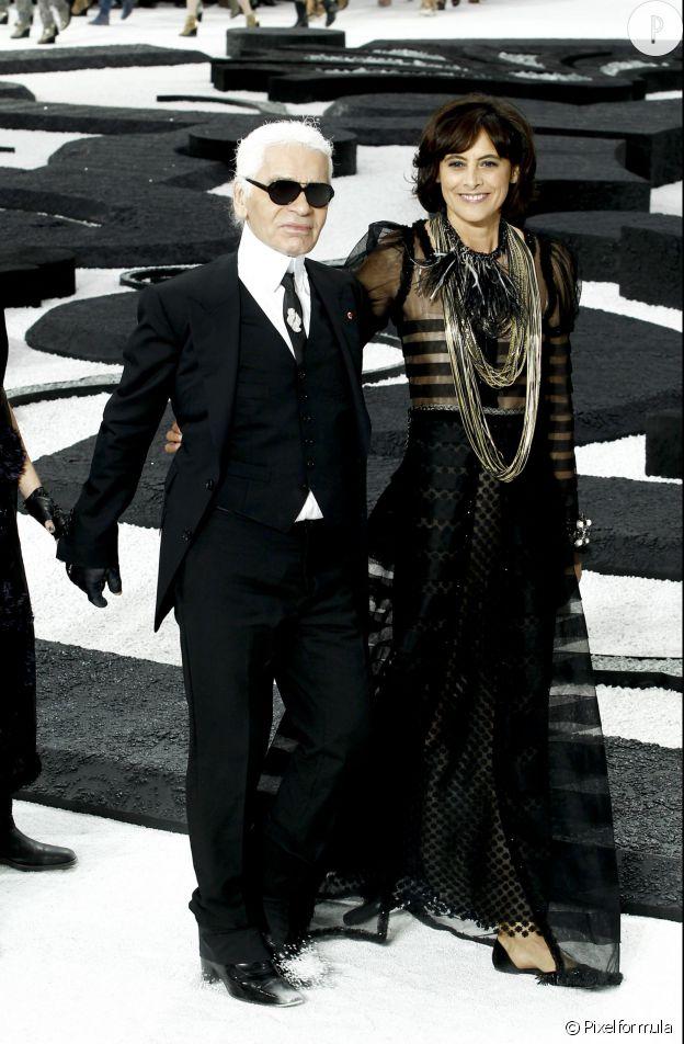 a14813a578fa4 Inès de la Fressange défile pour la collection Printemps-Été 2011 de Chanel.