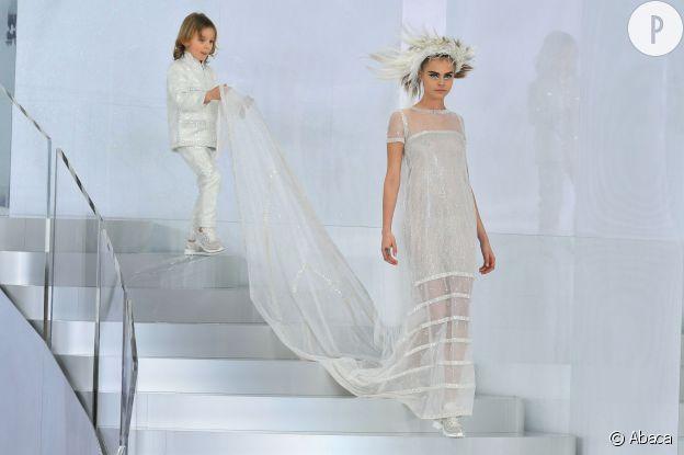Cara Delevingne, la mariée Chanel Couture Printemps-Eté 2014 et son garçon d'honneur Hudson Kroenig.