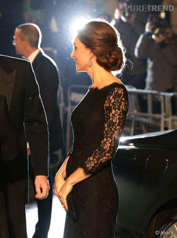 Kate Middleton a affiché pour la première fois son baby bump a une soirée londonienne le 13 novembre dernier.
