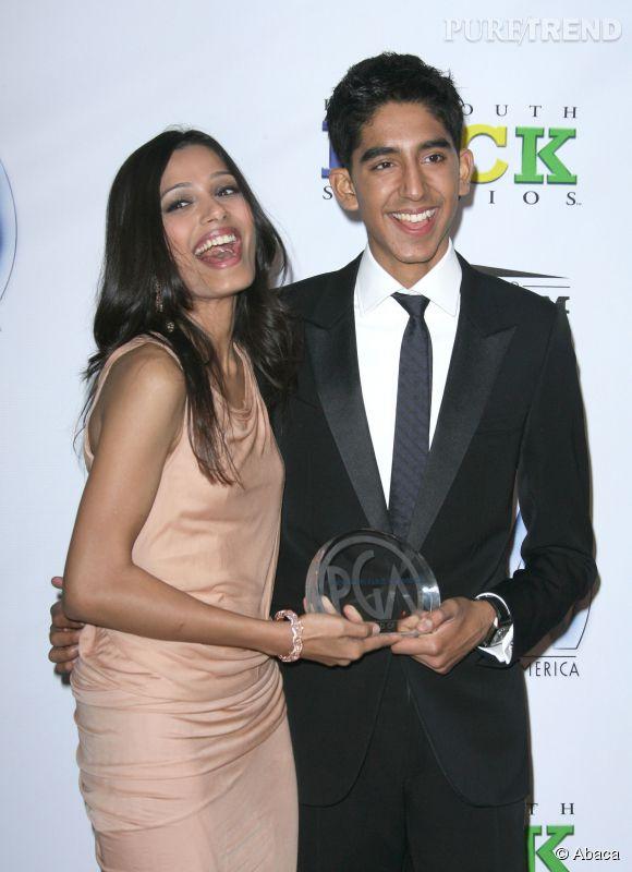 Encore un prix ! Hilares, Freida Pinto et Dev Patel posent devant les photographes avec leur récompense aux Producers Guild Awards à Los Angeles.