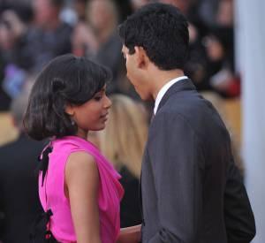 Que peut bien dire Dev Patel à la belle Freida ? Le couple échange quelques mots entre deux poses sur tapis rouge aux Screen Actors Guild Awards le 27 janvier 2013.