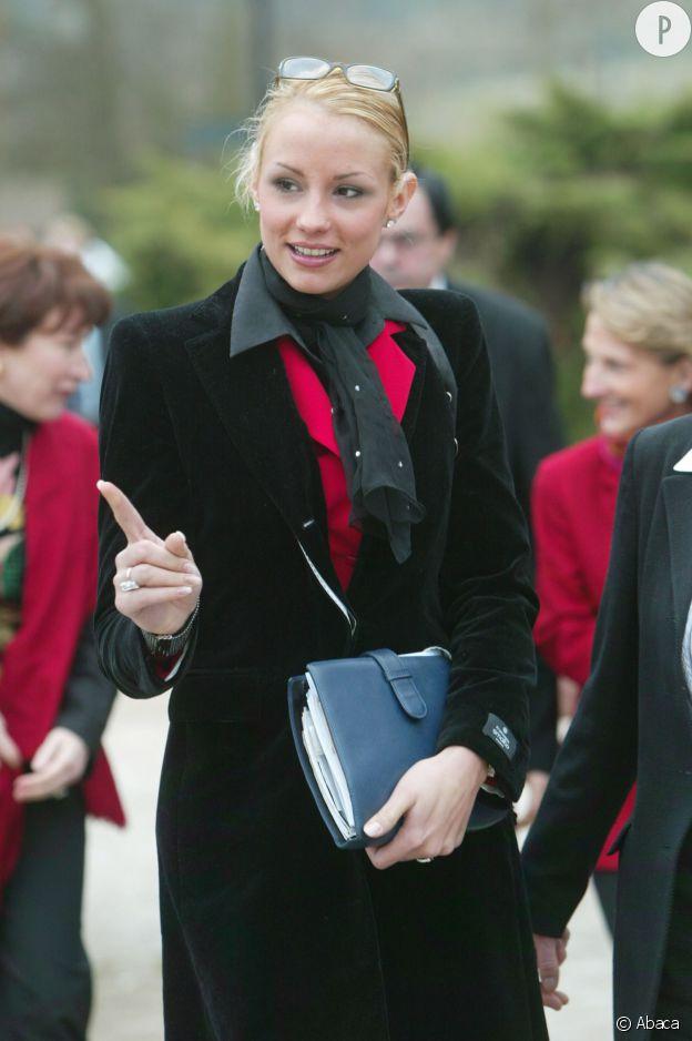 Après une carrière comme reine de beauté, Elodie Gossuin se lance en politique en tant que conseillère régionale en 2004.