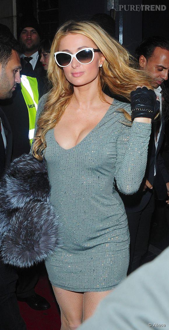 Paris Hilton, minirobe et maxi décolleté pour la bimbo en visite à Londres.