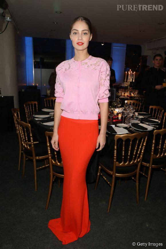 Marie-Ange Casta est de plus en plus belle. Sa tenue rose et rouge lui va à ravir. Le beauty look est parfaitement assorti à sa tenue. Somptueuse !