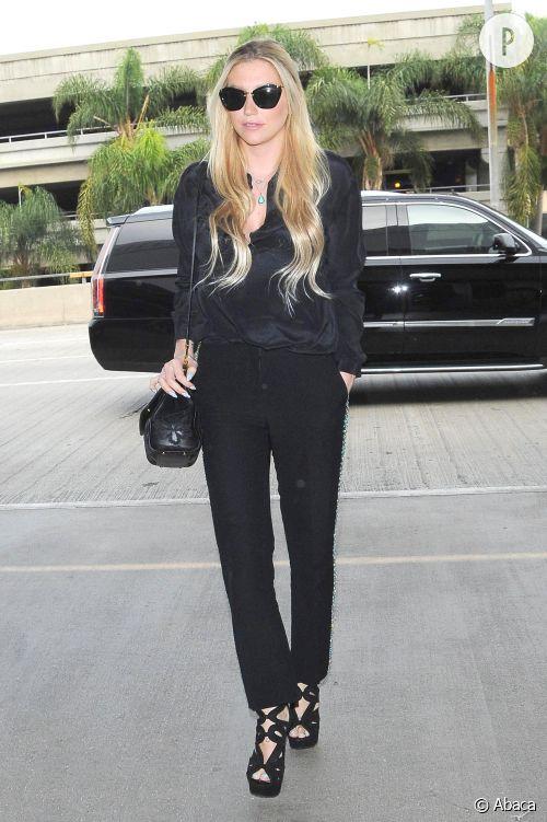 Kesha fait mouche dans son ensemble chic et tendance à l'aéroport de Los Angeles le 20 décembre 2014.
