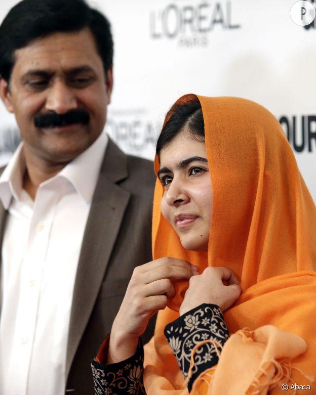 Malala Yousafzai (ici avec son père en 2013) reçoit en 2014 le prix Nobel de la paix.