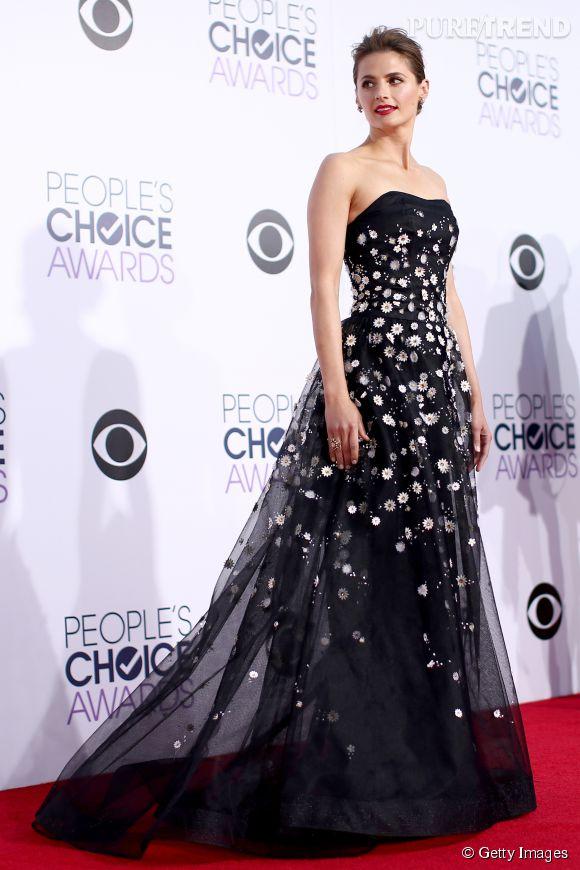 Stana Katic porte une robe Carolina Herrera et des chaussures Brian Atwood lors des People's Choice Awards 2014 le 7 janvier 2015 à Los Angeles.