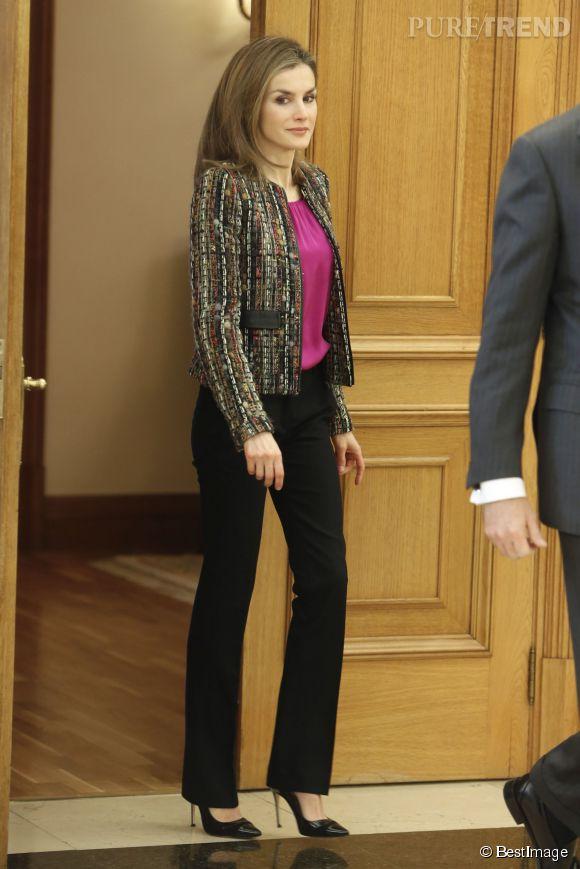 Letizia d'Espagne a opté pour une paire d'escarpins à talons aiguilles vertigineux et métallisés. Ces chaussures feraient tiquer la reine d'Angleterre.