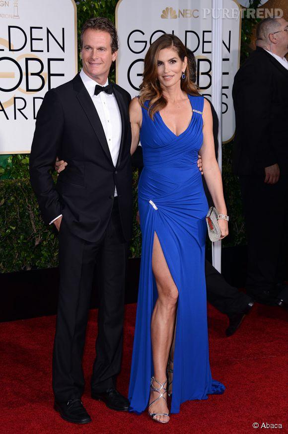 Cindy Crawford se prend pour Angelina Jolie avec un jeté de jambes audacieux aux Golden Globes 2015 le 11 janvier.