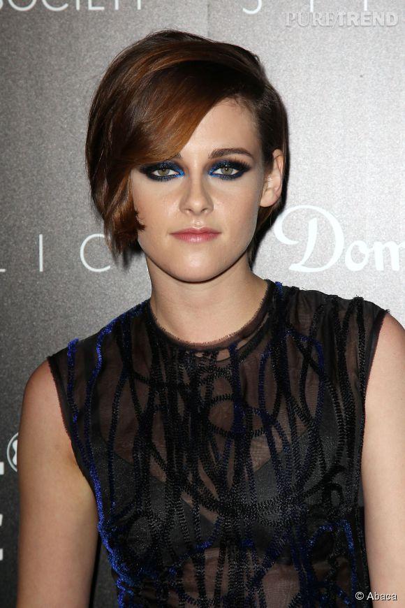 Kristen Stewart a opté pour une coiffure à l'esprit 50's et pour un smoky au bleu intense.