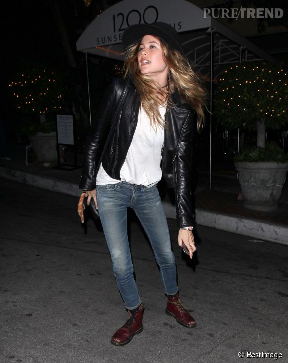Look et attitude rock pour Behati Prinsloo ce mercredi alors qu'elle est de sortie avec sa copine Alessandra Ambrosio.