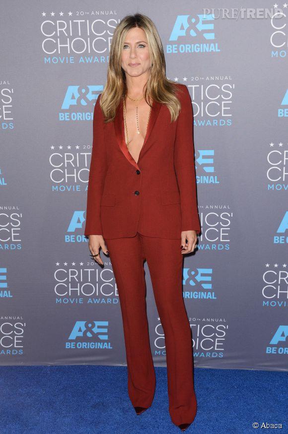 Jennifer, super hot en costume Gucci et blazer porté à même la peau.