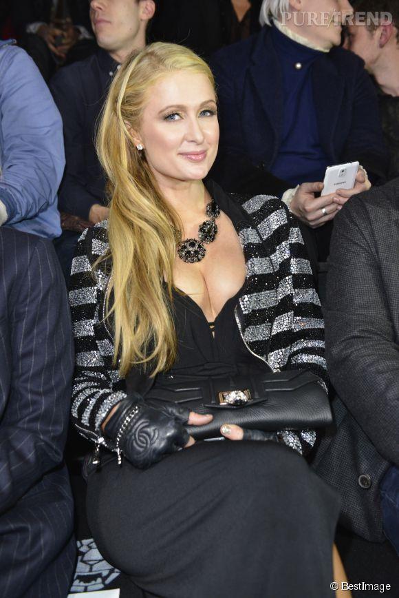 Paris Hilton a une poitrine de folie... On ne lui connaissait pas un décolleté si généreux. Simple illusion d'optique ?
