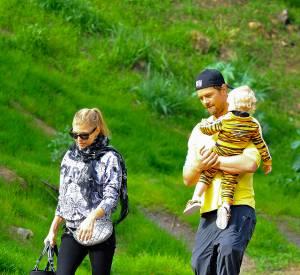 Fergie, Josh Duhamel et leur fils Axl réunis pour une balade à Los Angeles.