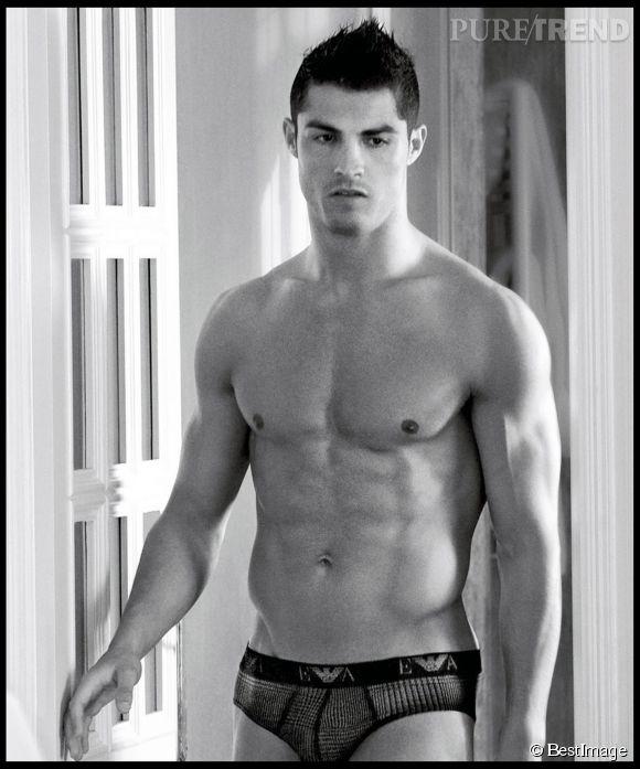 En 2010, Cristiano Ronaldo faisait la publicité des jeans et sous-vêtements Emporio Armani.