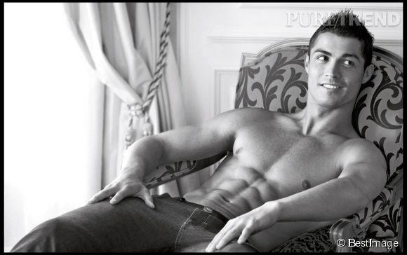 En 2010, Cristiano Ronaldo montrait déjà ses abdos pour les sous-vêtements Emporio Armani.