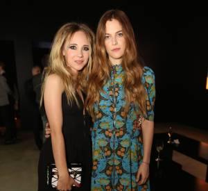 """Juno Temple et Riley Keough lors du vernissage de l'exposition """"Séries 2"""" présentée par Louis Vuiton à Los Angeles le 5 février 2015."""