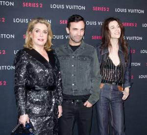 Catherine Deneuve, Nicolas Ghesquière et Charlotte Gainsbourg lors du vernissage de l'exposition Série 2 présentée par Louis Vuiton à Los Angeles le 5 février 2015.