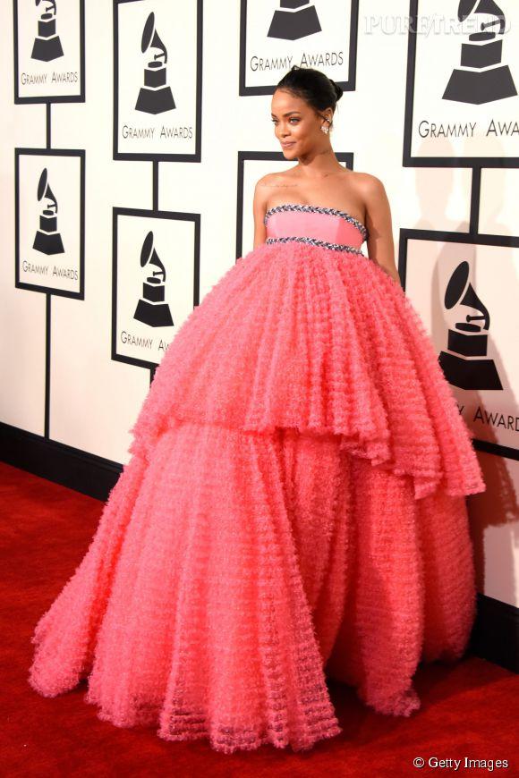 Rihanna porte une robe Giambattista Valli Haute Couture lors de la 57ème cérémonie des Grammy Awards le 8 février 2015 à Los Angeles.