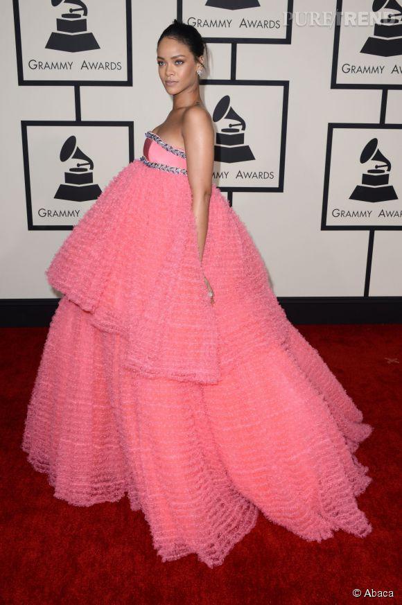 Rihanna ose un look plutôt difficile à porter lors de la 57ème cérémonie des Grammy Awards le 8 février 2015 à Los Angeles.