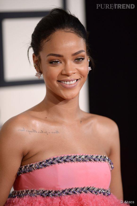 Rihanna privilégie un make up nude lors de la 57ème cérémonie des Grammy Awards le 8 février 2015 à Los Angeles.