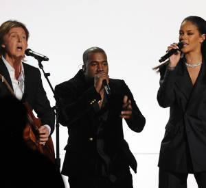 "Rihanna chante ""FourFiveSeconds""."