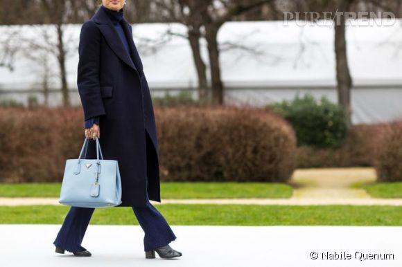L'infaillible total look bleu marine rehaussé par un sac Prada