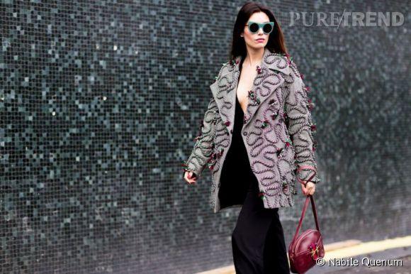 Manteau bling, décolleté plongeant et lunettes de soleil, ou l'art de se faire remarquer.