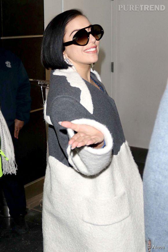 Fraîchement fiancée, Lady Gaga adopte un carré court. Sa coupe de cheveux naturelle ?
