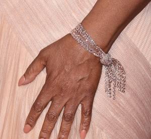 Détail du bracelet d'Oprah sur le red carpet des Oscars 2015.