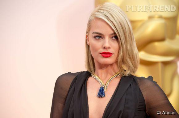Margot Robbie porte un collier Zip Antique Colombine de Van Cleef & Arpels en or jaune, diamants et saphirs sur le red carpet des Oscars 2015.