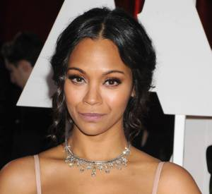 Zoe Saldana port un collier ras de cou en diamants Neil Lane sur le red carpet des Oscars 2015.