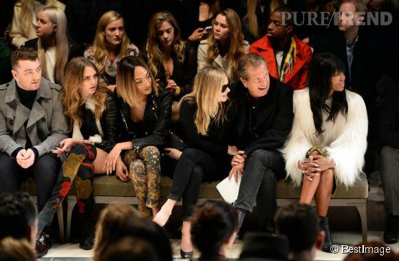 Sam Smith, Cara Delevingne, Jourdan Dunn Kate Moss, Mario Testino et Naomi Campbell au défilé Burberry Prorsum à Londres le 23 février 2015.