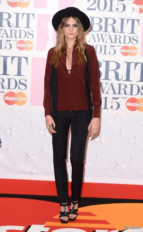 Cara Delevingne aux Brit Awards 2015, le look à shopper.