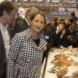 Ségolène Royal prend la pose aux côtés d'un étal de poissonerie