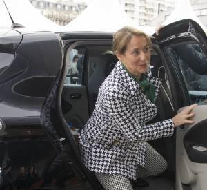 Ségolène Royal sortant de sa voiture pour se rendre au salon de l'agriculture. La ministre a encore un peu de boulot en ce qui concerne l'accord des imprimés...