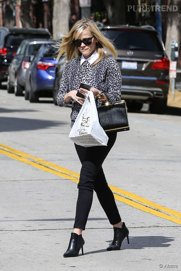 Reese Witherspoon se chausse de bottines à talons aiguilles. Sexy.