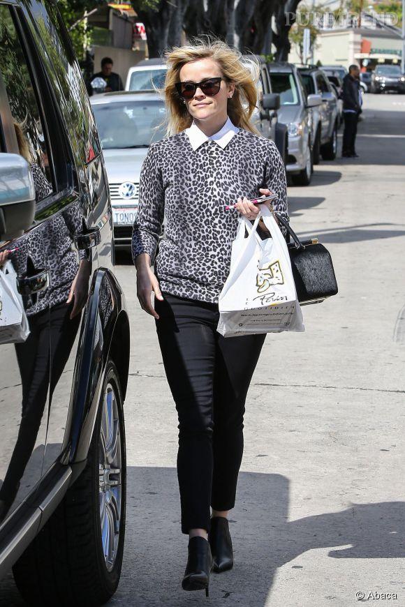 Reese Witherspoon sort du Pain Quotidien, cheveux au vent.