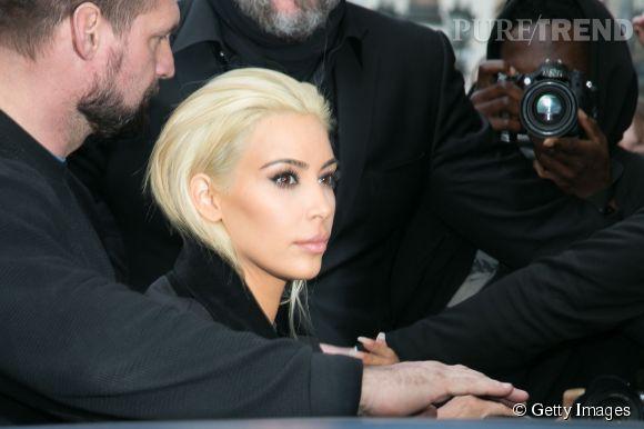 Kim Kardashian change de tête et passe au blond platine.