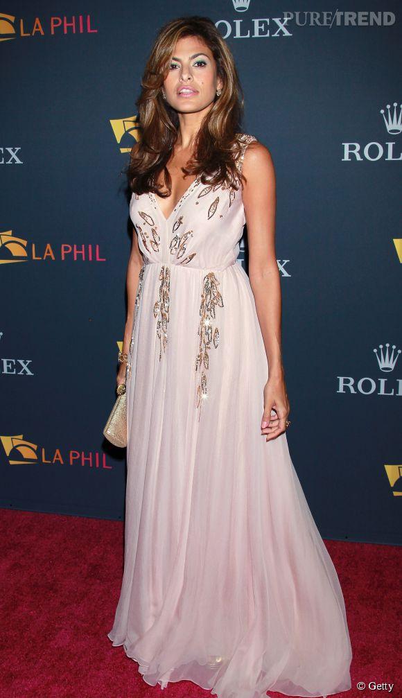 Eva Mendes angélique dans une robe bohème et romantique très élégante.