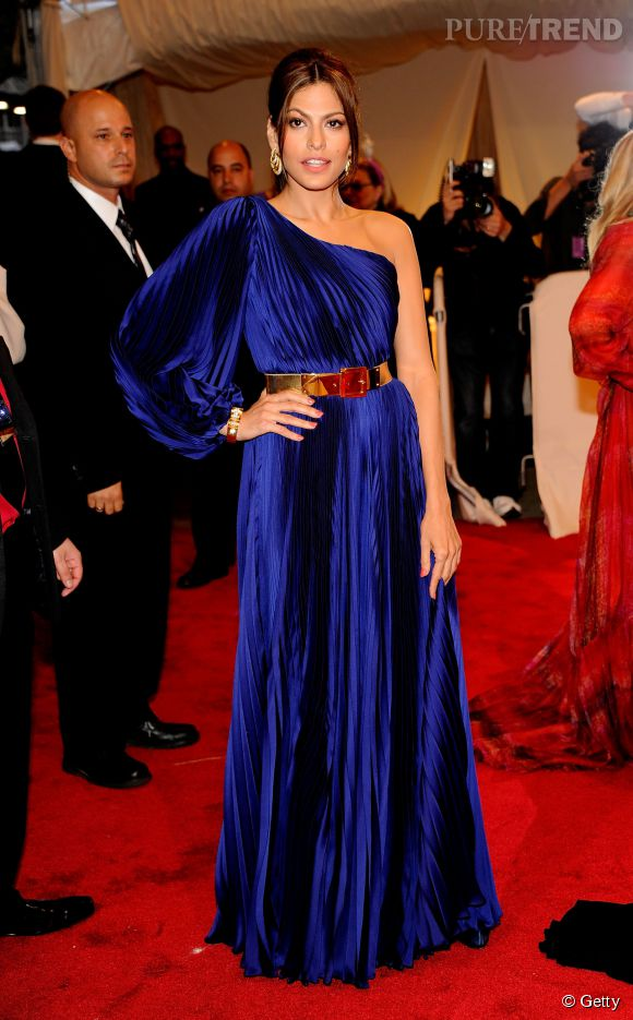 En robe asymétrique Stella McCartney, Eva Mendes est tout simplement resplendissante.