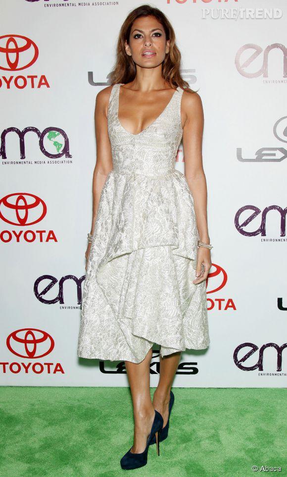 Eva Mendes parfaite, ose le décolleté plongeant mais élégant.