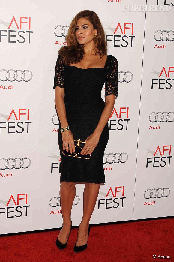 Eva Mendes est une vraie diva italienne en mixant petite robe noire et dentelle.