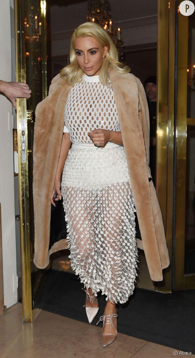 Couleurs, matière et coupe, Kim n'a assurément pas fait le bon choix pour briller lors de cette Fashion Week parisienne.