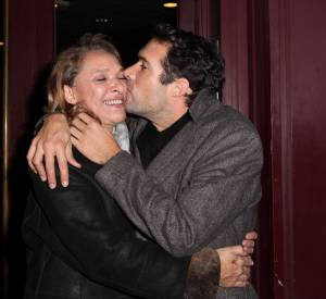 """Nicolas Bedos et sa mère Joëlle Bercot lors de la dernière de Guy Bedos à l'Olympia, """"La der des der"""", le 23 décembre 2013."""