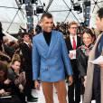 Stromae sort le blazer bleu au défilé Louis Vuitton à la fondation Vuitton le 11 mars 2015 à Paris.
