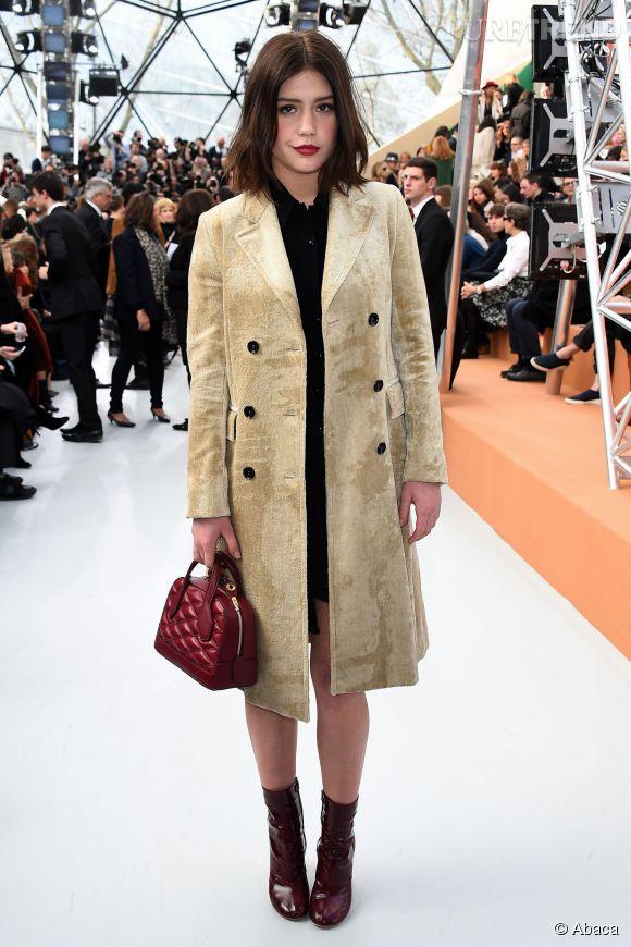 Adèle Exarchopoulos mise sur des pièces de la maison au défilé Louis Vuitton à la fondation Vuitton le 11 mars 2015 à Paris.