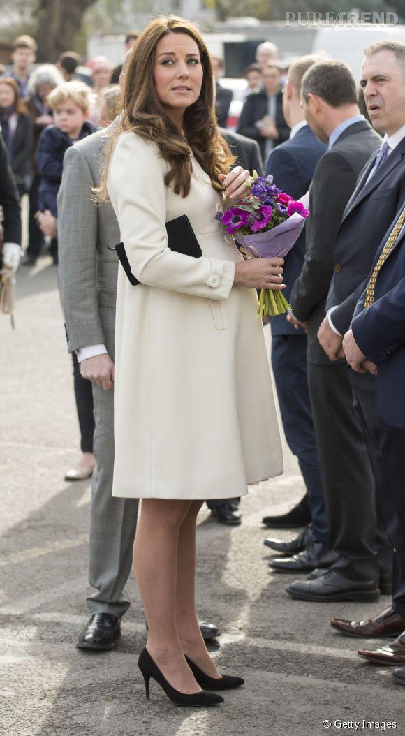 """Kate Middleton en visite aux studios Ealing près de Londres sur le tournage de la saison 6 de """"Downton Abbey"""" le 12 mars 2015."""