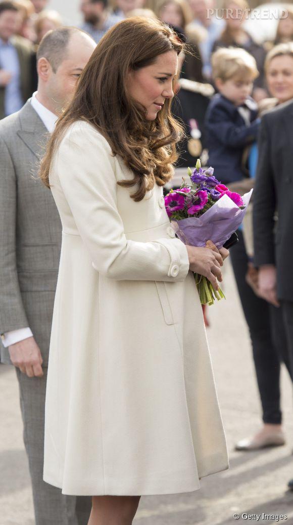 Kate Middleton affiche un baby bump bien arrondi.