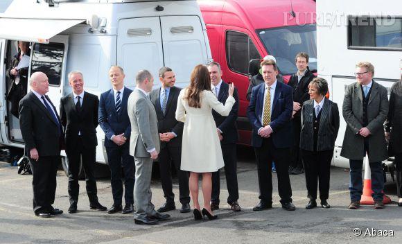 """Kate Middleton rencontre l'équipe de la série anglaise """"Downton Abbey""""."""